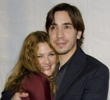 "Drew Barrymore Says Justin Long Makes Her ""Giggly"""