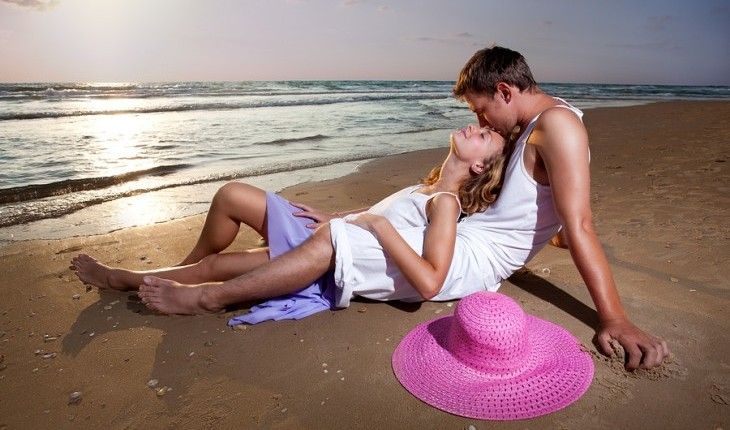 Cupid's Pulse Article: Date Idea: Star Gaze on The Beach