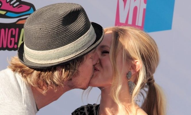 Cupid's Pulse Article: Kristen Bell and Dax Shepard Make Out on the Red Carpet