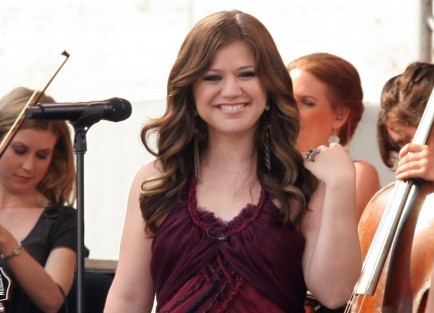 Cupid's Pulse Article: Kelly Clarkson Shows Off Her New Engagement Ring