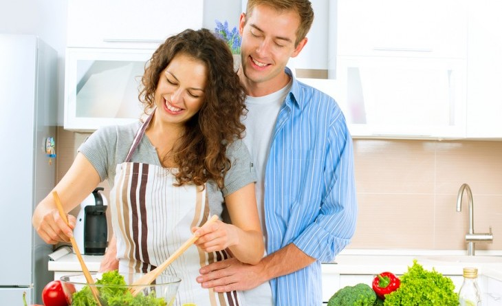 Couple cooking dinner together. Photo: Subbotina Anna / Bigstock.com