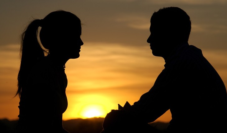 Couple before sunrise. Photo: aaasimon / Bigstock.com