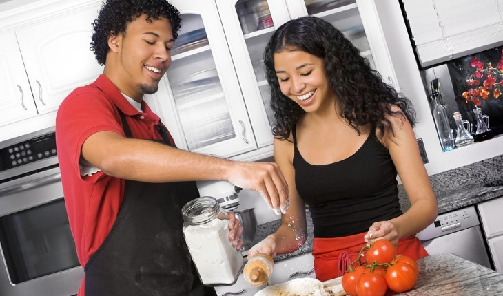 Couple cooking together. Photo: Elkeflorida / Bigstock.com