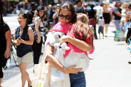 Katie Holmes with Suri. Photo: Marquez/FAMEFLYNET PICTURES