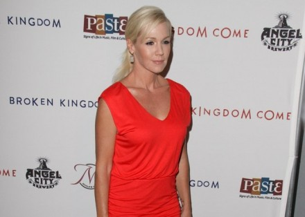 Cupid's Pulse Article: Jennie Garth Holds Hands With New Man Noah Abrams