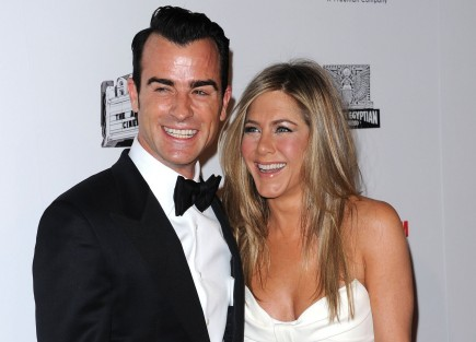 Cupid's Pulse Article: Jennifer Aniston and Justin Theroux Enjoy a Snuggly Dinner Date