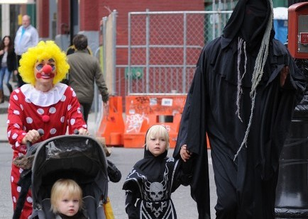 Cupid's Pulse Article: Tinseltown's Tots Go Trick-Or-Treating