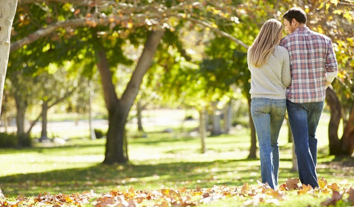 Cupid's Pulse Article: Date Idea: Take An Autumn Stroll