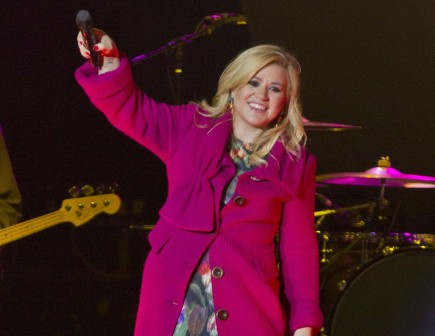 Cupid's Pulse Article: Kelly Clarkson Compares Her Relationship to a Cheesy Love Song