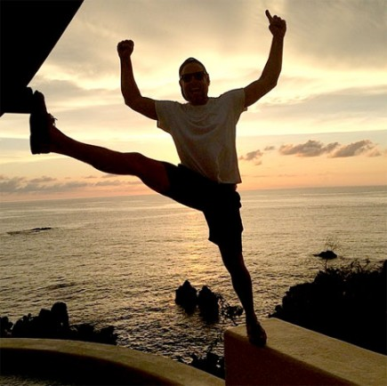Eric Johnson strikes a daring pose on honeymoon with Jessica Simpson. Photo: Courtesy Jessica Simpson / Instagram