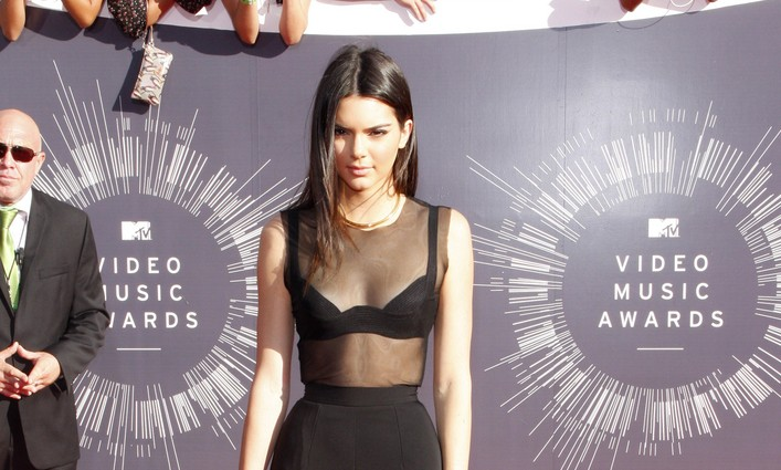 Cupid's Pulse Article: Celebrity Couple News: Kendall Jenner Spotted 'All Over' Ben Simmons at Dinner with Sisters